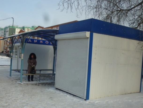 Опасный ледяной каток на остановке «организовали» продавцы табачной продукции в Волгодонске