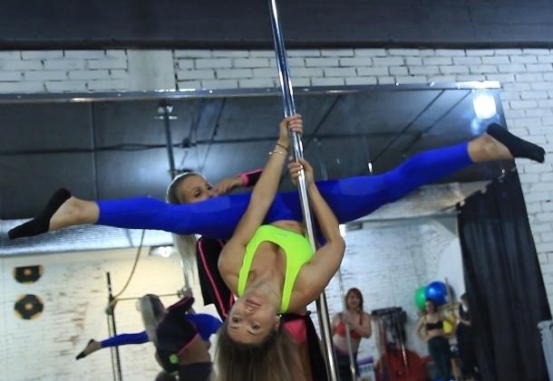 Хрупкую женственность и сексуальность продемонстрировала Ирина Нагибина в танце у пилона