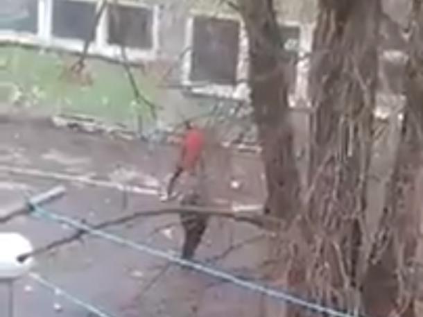 Подростки разбивают стекла в бывшем здании пенсионного фонда в Волгодонске