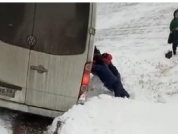 Пассажиры вытолкали слетевшую с трассы Волгодонск-Элиста маршрутку