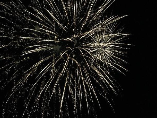 Небо Волгодонска озарил праздничный салют в честь дня рождения города