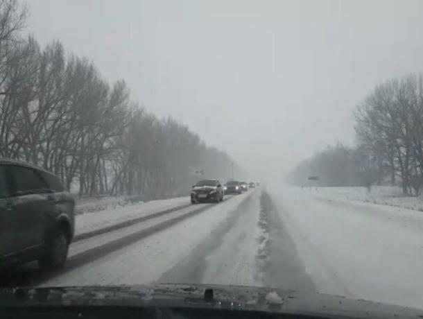 Множество автомобилей оказались в снежном плену на трассе Ростов-Волгодонск