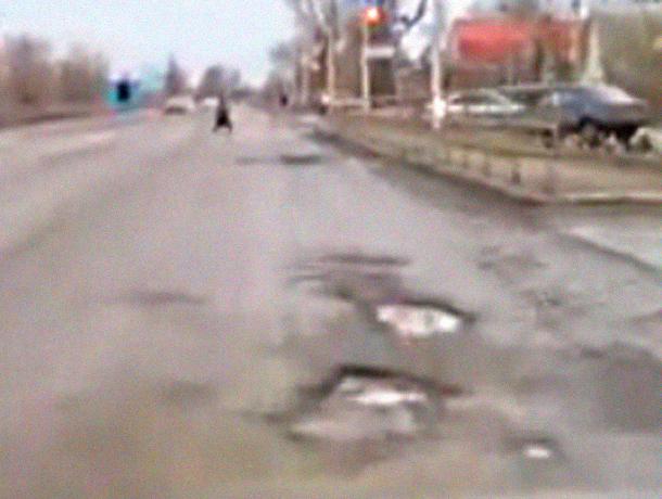 Новая «дорога из шлака» в Красном Яру Волгодонска продолжает сыпаться под колёсами авто