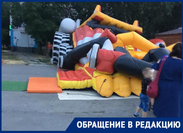 Надувной детский батут на «Комсомольце» сложился, когда там играли дети