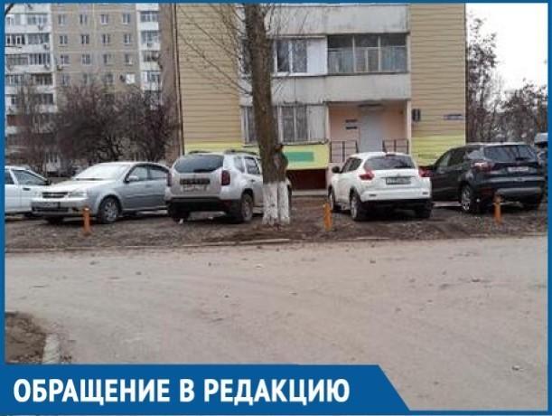Автомобилисты Волгодонска ради парковочных мест засыпали газон щебенкой
