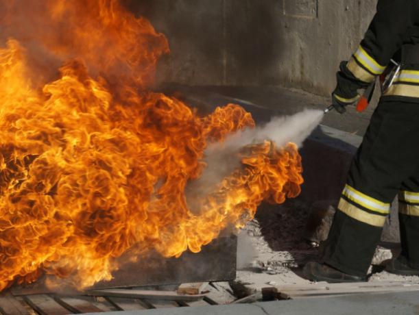 Порошковые и углекислотные огнетушители испытали сотрудники МЧС в Волгодонске