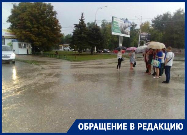 Жители Цимлянска насквозь промокли, ожидая маршрутку на вокзале в Волгодонске