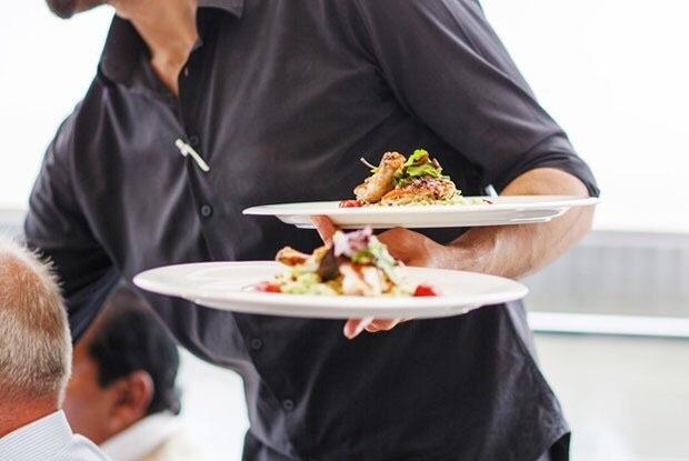 Вакансия: в загородный клуб требуется официант