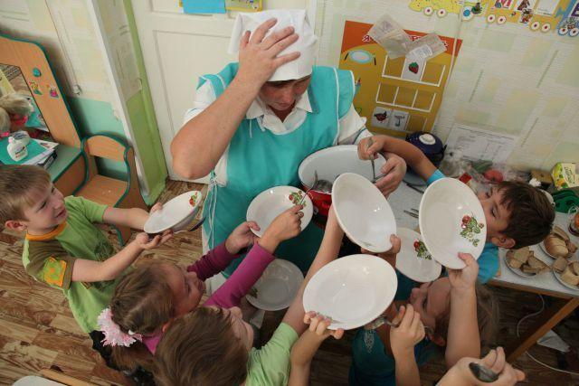 Детсадовцы и школьники Волгодонска остались голодными из-за не прибывшей вовремя машины с продуктами  из Ростова