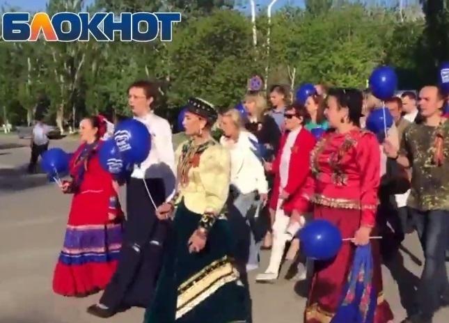 Поющая колонна, идущая по улице Ленина, удивила волгодонцев