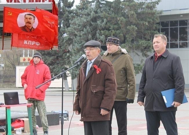 В Волгодонске под дождем пенсионерам прочли лекцию о революционных буржуа-инноваторах