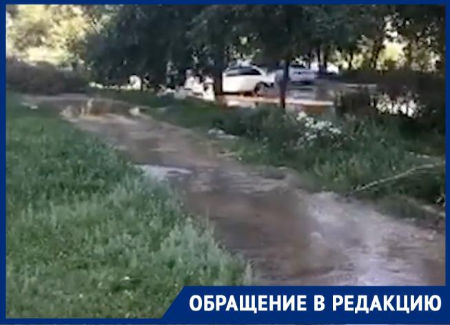 Во дворах на Ленинградской под воду ушла дорога, тротуар и даже газон