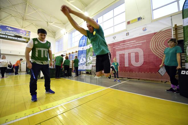 Нехватку средств на инвентарь для работы инструкторов по спорту обсудили на депутатской комиссии