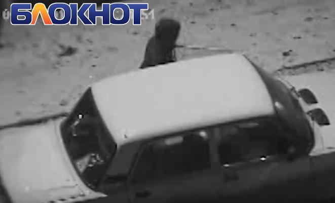 Автоворы пытались вскрыть машину возле детской поликлиники в Волгодонске и попали на видео