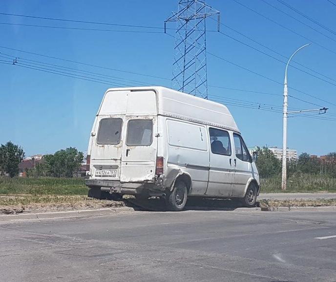 «Форд» занесло на разделительный газон после ДТП
