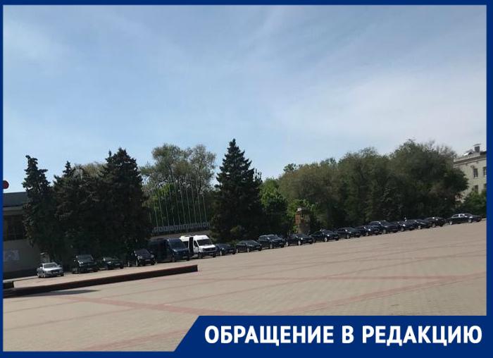 Прямо на площади Победы припарковались два десятка автомобилей атомщиков