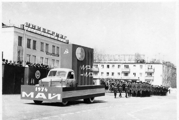 Волгодонск прежде и теперь: солдаты маршируют по площади Гагарина