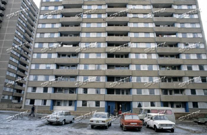 Волгодонск прежде и теперь: советские автомобили у подъезда небоскреба