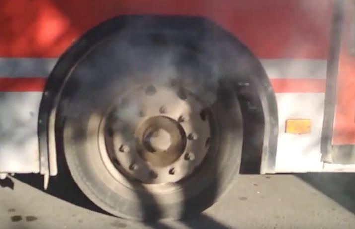 Автобус №22 с дымящим колесом катал людей по Волгодонску