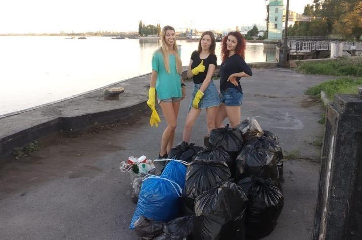 Компания друзей убрала мусор в порту Волгодонска