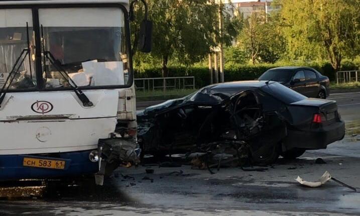 «Дэу Нексиа» разворотило после столкновения с автобусом в Волгодонске