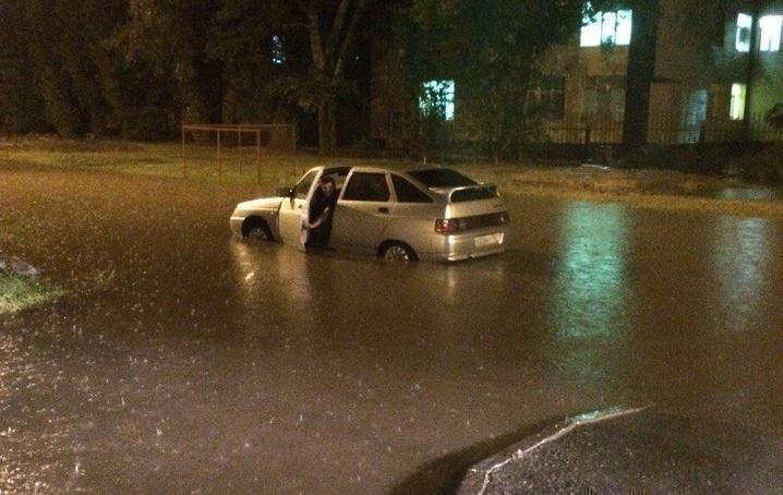 ВАЗ утонул на «30-нике» во время сильного ливня в Волгодонске