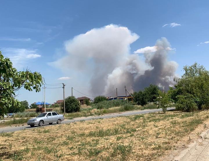 Крупный пожар разгорелся рядом с Волгодонском