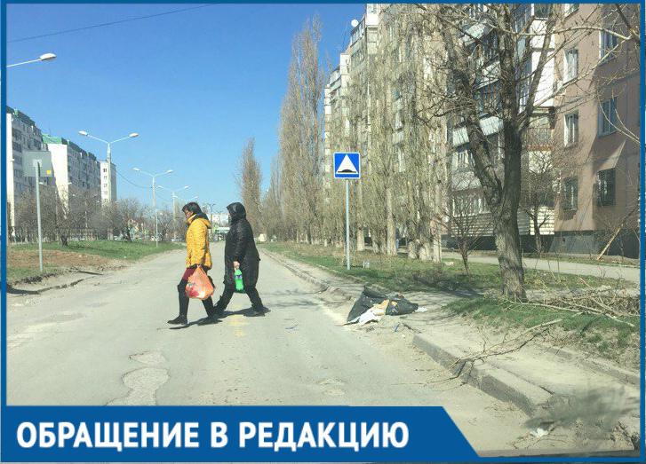 И без того «убитый» пешеходный переход завалили мусором, - волгодонец