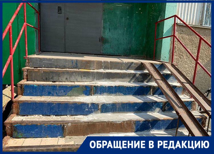 «Страшно ходить»: жители дома №3 по проспекту Строителей возмущены состоянием подъезда и опасными ступенями