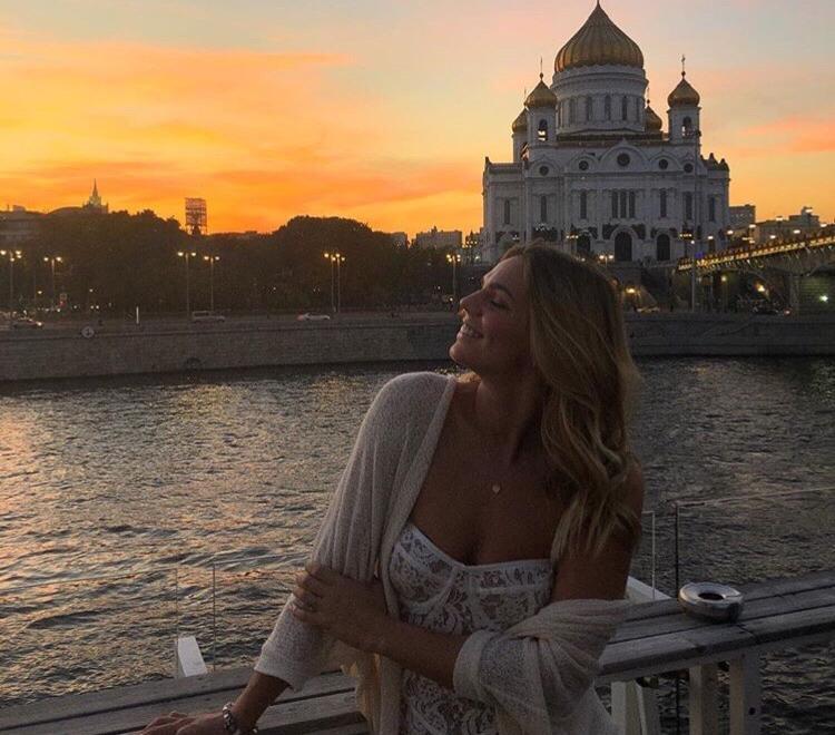 Юлия Ефимова в откровенном наряде на фоне кафедрального собора в Москве смутила поклонников