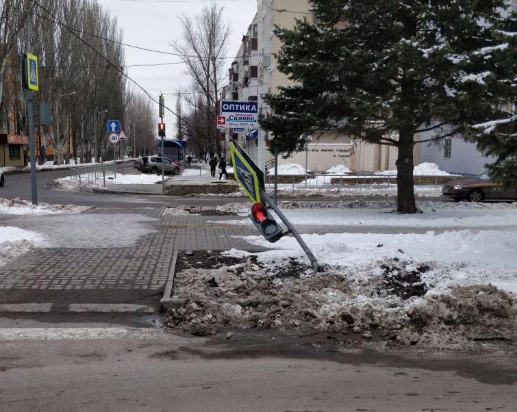 Водитель снес светофор и скрылся с места ДТП в Волгодонске