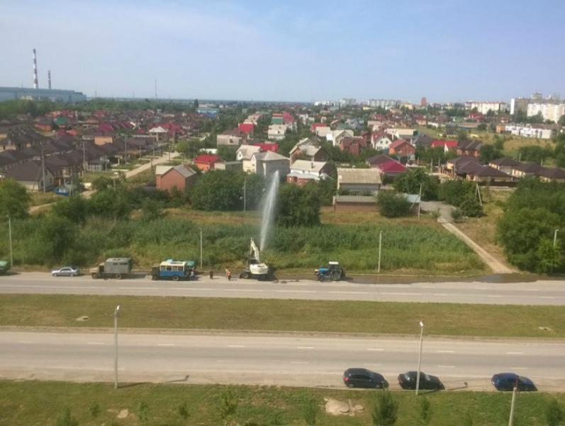 Коммунальный фонтан высотой в несколько метров забил в Волгодонске