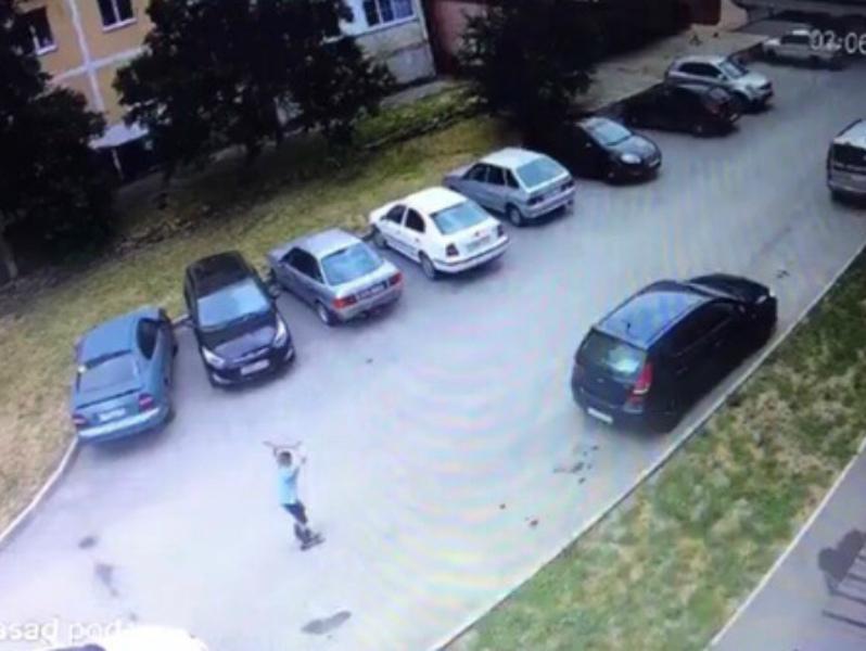 Школьник на роликах среди бела дня утащил решетку с «ливневки» на Курчатова