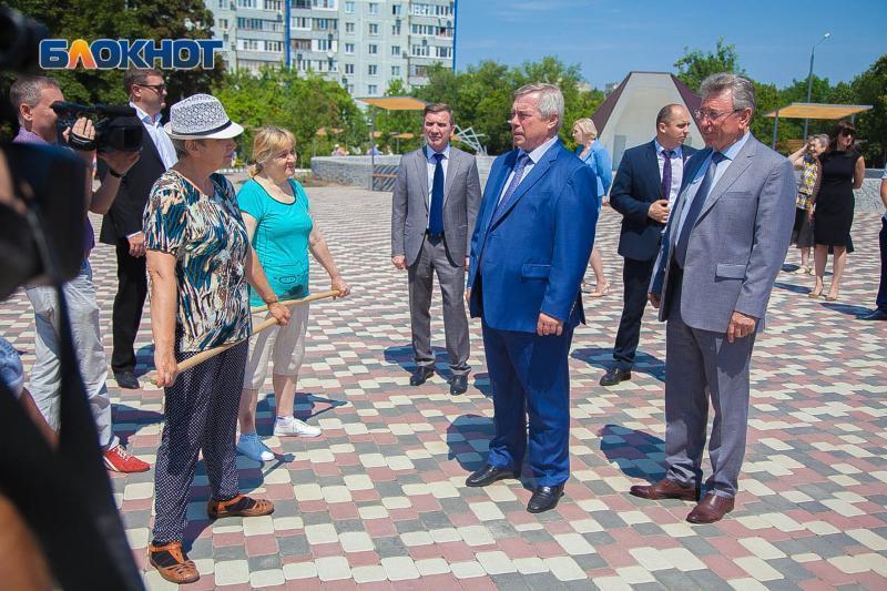 Губернатора Голубева в сквере «Дружба» встречали казаки и группа пенсионеров с гимнастическими палками