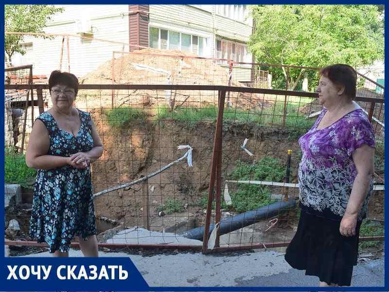 Двор у площади Дзержинского превратился в общественный туалет с огромной ямой