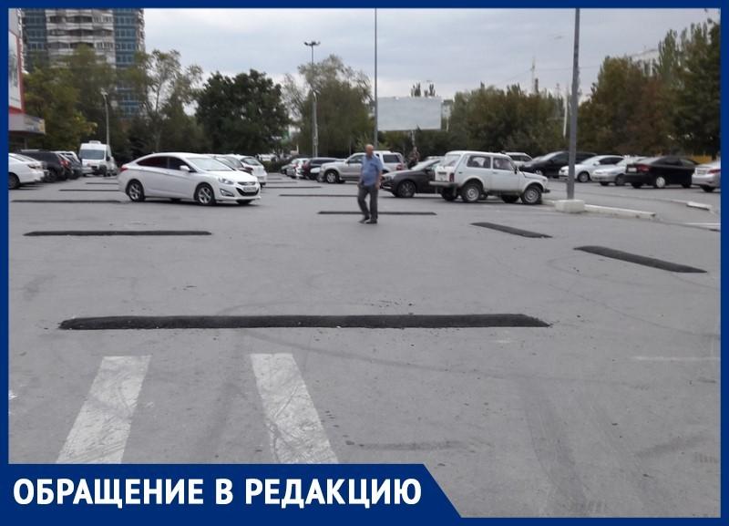 Около 20 асфальтовых «лежачих» появились на парковке у гипермаркета «Магнит»
