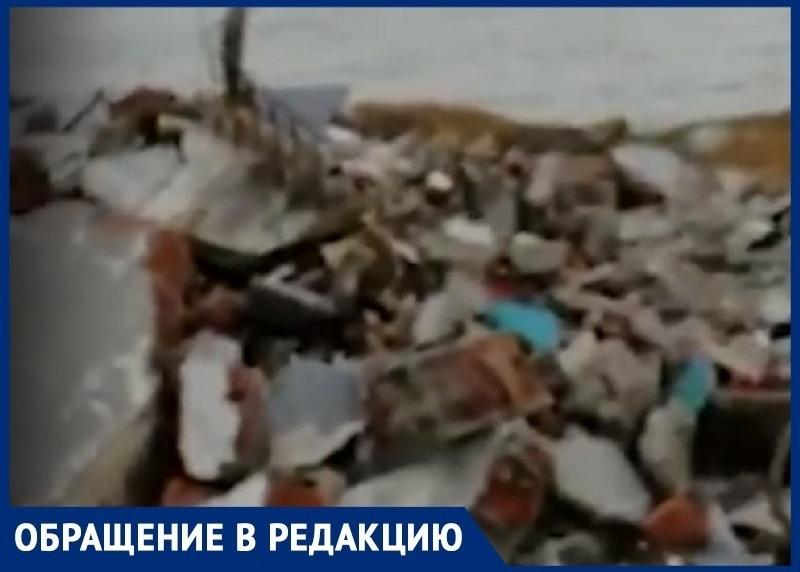 Местные жители сняли на видео огромную свалку на берегу Цимлянского водохранилища