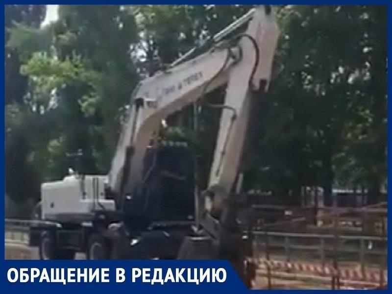 «Все в воде, отдыхают»: волгодонец о ремонте водопровода на Ленина