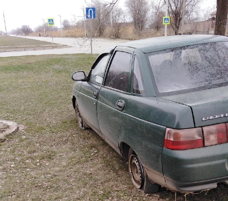 В Волгодонске двое лихачей на ВАЗе залетели на газон и уснули