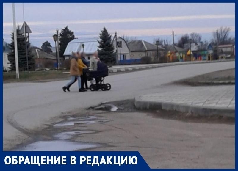 Рискуя жизнью жители станицы Романовской переходят дорогу к продуктовым магазинам