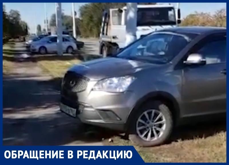 Волгодонец возмутился парковкой автомобилей на газоне у «Атоммаша»
