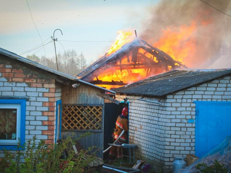 Крупный пожар на десятках квадратных метров в частном домовладении произошел в Жуковской