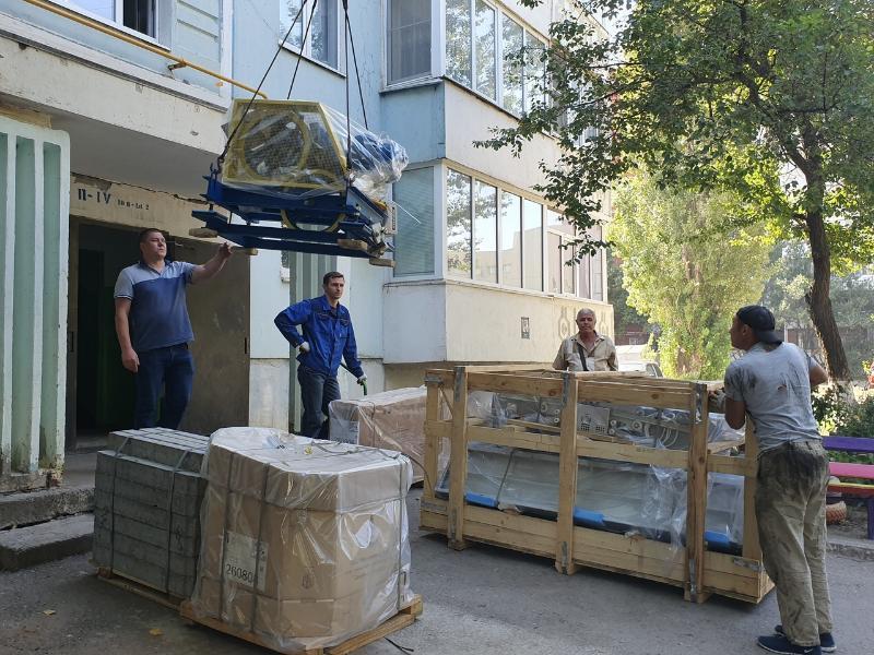 В многоквартирных домах № 30 и № 36 по улице Маршала Кошевого приступили к замене лифтов
