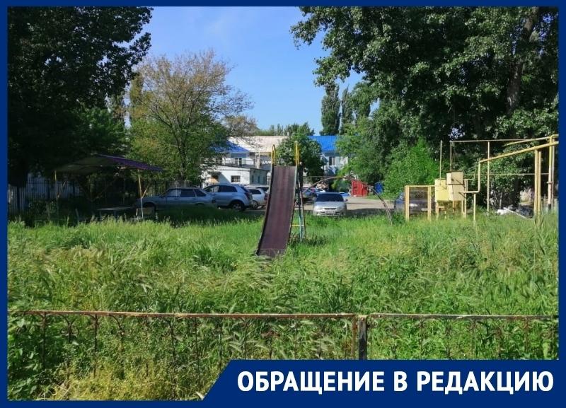 «Горка-сломай ногу» и «беседка-алкашка»: волгодончанка описала детскую площадку в их дворе