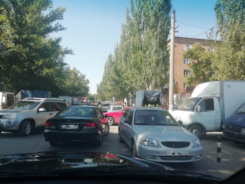 Автомобильный коллапс ежедневно происходит в районе рынка «Машенька»
