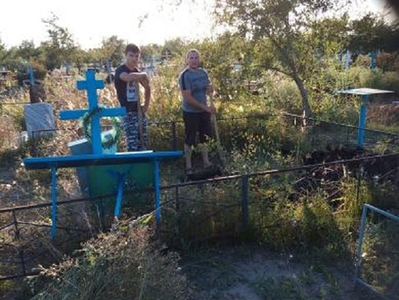 Копающий могилу подросток вызвал резонанс в Константиновске