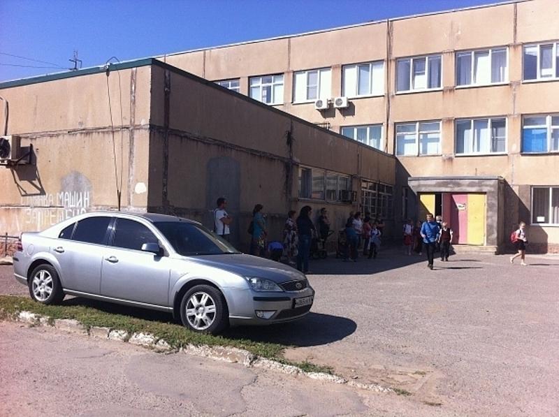 Паркуюсь, как хочу: волгодонцы жалуются на водителей, паркующихся возле школы №21