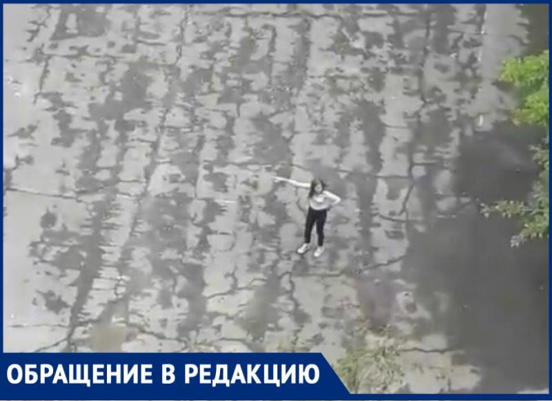 Девочка-подросток перебила окна в заброшенном здании на улице Кошевого
