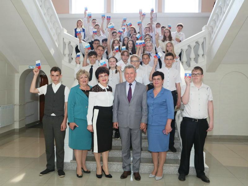 36 волгодонских школьников в торжественной обстановке получили паспорта РФ