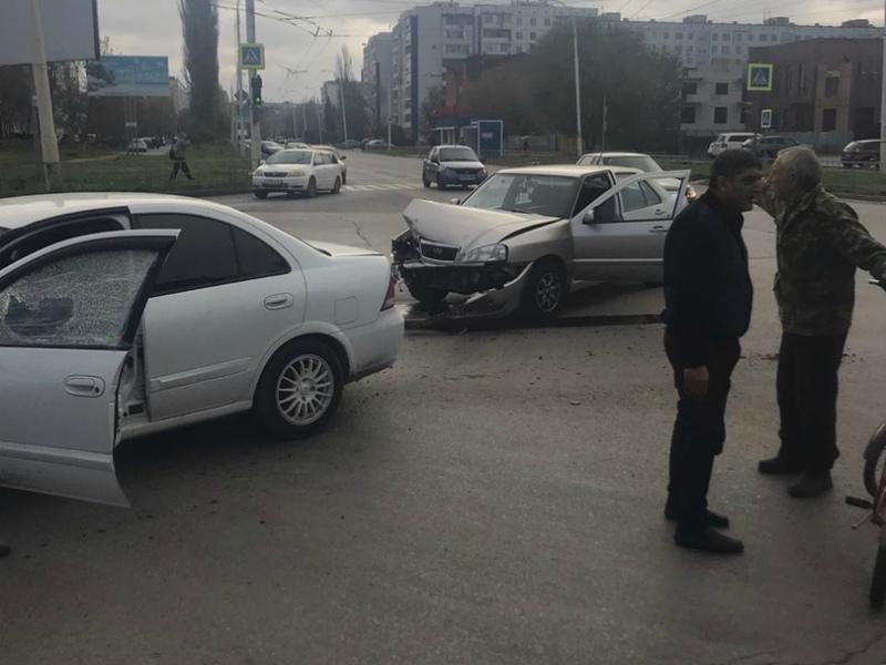 «Ниссан» влетел в металлическое ограждение после ДТП в районе «Налоговой»